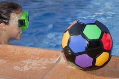 Dziewczyna z kolor piłką pływackim basenem jest Obrazy Royalty Free