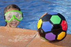 Dziewczyna z kolor piłką pływackim basenem jest Fotografia Royalty Free