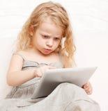 Dziewczyna z komputerem osobistym w domu zdjęcie royalty free