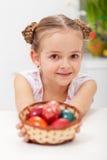 Dziewczyna z koszykowy pełnym Easter jajka Zdjęcia Royalty Free
