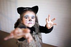 Dziewczyna z kota kostiumem Fotografia Royalty Free
