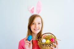 Dziewczyna z królików ucho i barwionymi jajkami Zdjęcia Stock