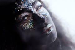 Dziewczyna z kreatywnie twarzy sztuki makeup dymieniem Obraz Stock
