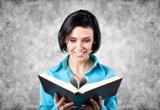Dziewczyna z książką Zdjęcie Stock