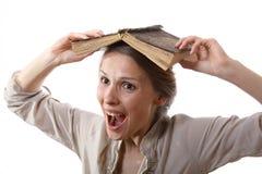 Dziewczyna z książką na jej głowie obrazy royalty free