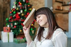 Dziewczyna z książką Pojęć Szczęśliwi boże narodzenia, wygoda, zima, ciepła Fotografia Royalty Free