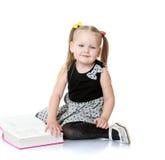 Dziewczyna z książką w ich rękach Obrazy Stock