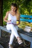 Dziewczyna z książką w parku Fotografia Stock