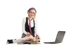 Dziewczyna z książkami i laptopem obrazy royalty free