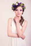 Dziewczyna z kwiat koroną pozuje w studiu zdjęcia stock