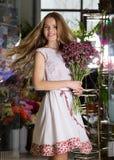 Dziewczyna z kwiatami Zdjęcia Royalty Free