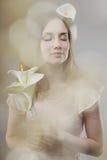 Dziewczyna z kwiatami Fotografia Royalty Free