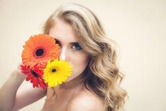 Dziewczyna z kwiatami Fotografia Stock