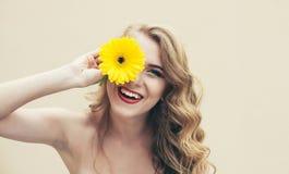 Dziewczyna z kwiatem Zdjęcia Stock
