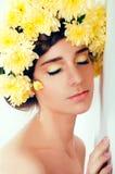 Dziewczyna z kwiatu wiankiem Kaukaska kobieta z suntanned jarzyć się Obrazy Royalty Free