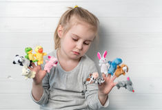 Dziewczyna z lal kukłami na jej rękach Obrazy Royalty Free