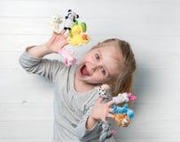 Dziewczyna z lal kukłami na jej rękach Zdjęcia Royalty Free