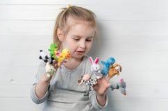 Dziewczyna z lal kukłami na jej rękach Zdjęcia Stock