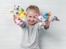 Dziewczyna z lal kukłami na jej rękach Fotografia Royalty Free