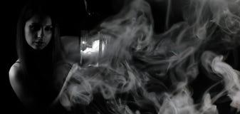 Dziewczyna z lampionem czarny i biały fotografia stock