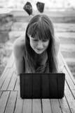 Dziewczyna z laptopem Zdjęcia Royalty Free