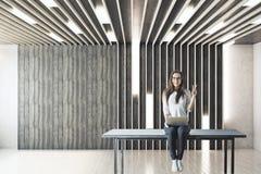 Dziewczyna z laptopem w pustym pokoju zdjęcie royalty free