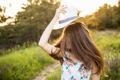 Dziewczyna z latanie włosy i kapeluszem obrazy royalty free