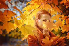 Dziewczyna z liściem klonowym obraz stock