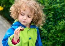 Dziewczyna z ślimaczkiem Obrazy Royalty Free