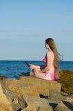 Dziewczyna z lody w ręce, w kostiumu kąpielowym na plażowym writing wiadomość na smartphone Obraz Stock