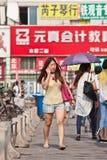 Dziewczyna z mądrze telefonem w robić zakupy teren, Pekin, Chiny Obrazy Royalty Free
