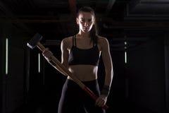 Dziewczyna z młotem w gym zdjęcie stock