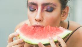 Dziewczyna z makeup czerwieni i twarzy melonem obrazy stock
