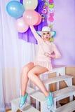 Dziewczyna z makeup w stylowej wystrzał sztuce, balonach i Zdjęcie Stock