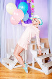 Dziewczyna z makeup w stylowej wystrzał sztuce, balonach i Obrazy Stock