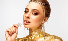 Dziewczyna z makijażem Dziewczyna z drogą biżuterią Zdjęcie Stock