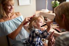 Dziewczyna z mamą i babcią wypięknia obrazy royalty free
