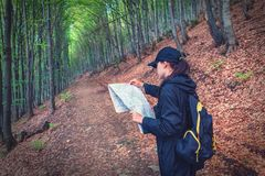 Dziewczyna z mapą w lesie fotografia royalty free