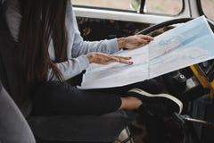Dziewczyna z mapą w furgonetce Fotografia Royalty Free