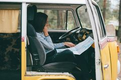 Dziewczyna z mapą w furgonetce Fotografia Stock