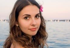 Dziewczyna z menchia kwiatem wodą Zdjęcia Royalty Free