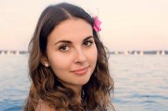 Dziewczyna z menchia kwiatem wodą Obraz Royalty Free