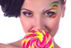 Dziewczyna z menchii spirali lizakami Obraz Royalty Free