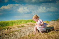 Dziewczyna z misiem na natury tle Obraz Stock