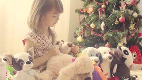 Dziewczyna z mnóstwo faszerować zabawkami zbiory