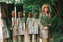 Dziewczyna z mnóstwo palma liśćmi i lustrami fotografia stock
