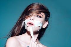 dziewczyna z moda włosy ładna dziewczyna w skąpaniu kobieta z modnym makeup ranku przygotowywać i skincare, kopii przestrzeń Kobi zdjęcia royalty free