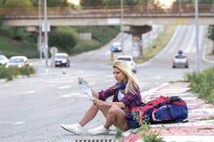 Dziewczyna z hełmofonami na drodze zdjęcia royalty free