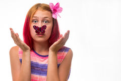 Dziewczyna z motylem na nosie Zdjęcia Royalty Free