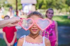 Dziewczyna z mydlanymi dmuchaw szkłami Mieszana biegowa dziewczyna - afrykanin i caucasian Zdjęcia Stock